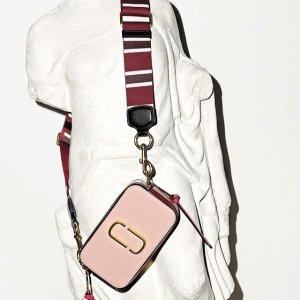 $256(原价$342)近期好价:Marc Jacobs 热门配色樱花粉相机包