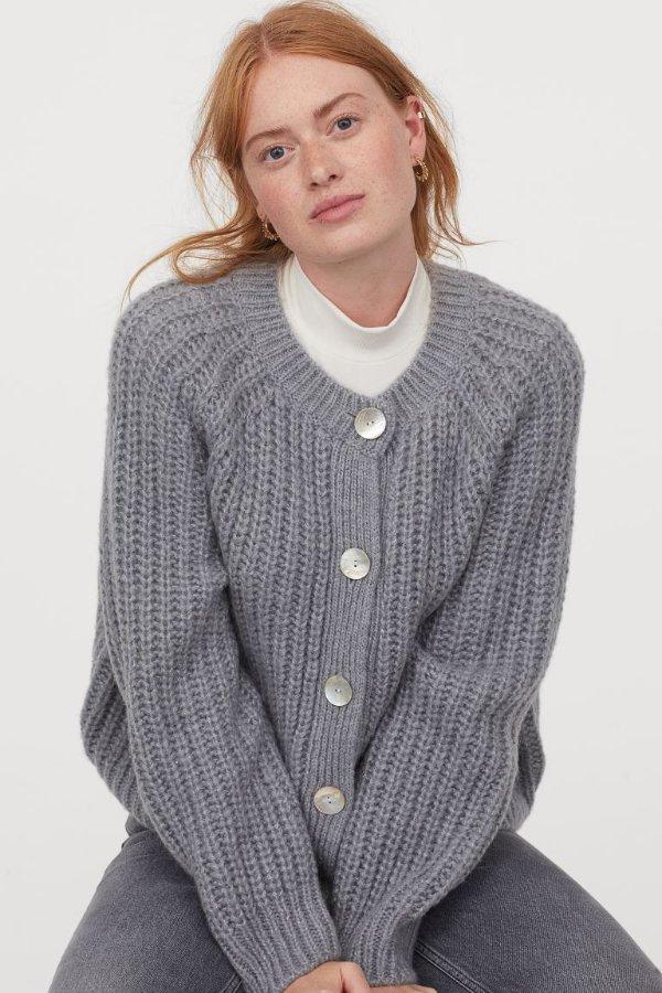 灰色毛衣外套