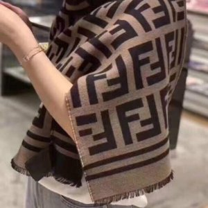 定价优势 £270收logo围巾Fendi 老花围巾热卖中 超多颜色可选 流行10年不过时