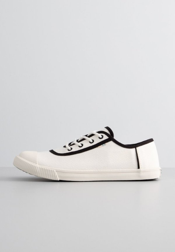 黑色边线小白鞋