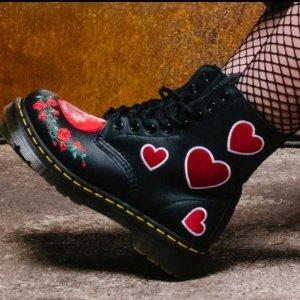 £145收封面款爱心马丁靴,£40收爱心T恤Dr Martens 情人节爱心限定款上架发售!马丁靴、T恤、袜子都有