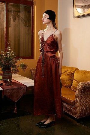 砖红深V吊带连衣裙