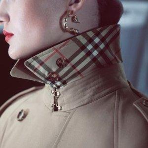 Burberry 服装、配饰等大促,羊绒围巾$299,牛角扣$580