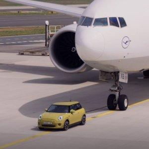 请进来观赏TA的表演肌肉MINI拖飞机 装X还是老司机