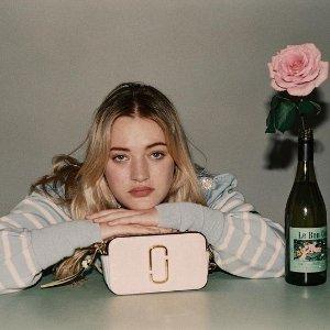 全场8折 封面款€280收Marc Jacobs 超值闪促 经典相机包 缤纷色彩随你挑