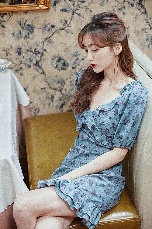 蓝色印花大V领连衣裙