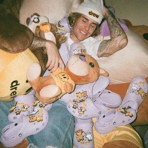 已发售 €69.99收香芋紫潮拖Crocs x Justin Bieber with drew 联名洞洞鞋 火爆笑脸元素