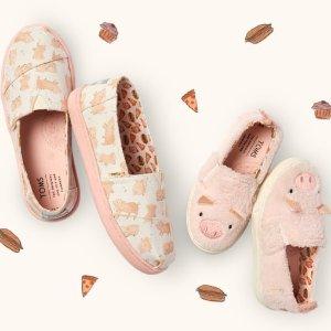 £28起 猪宝宝们的礼物~TOMS 猪年限定版渔夫鞋上线 亲子搭配轻松get