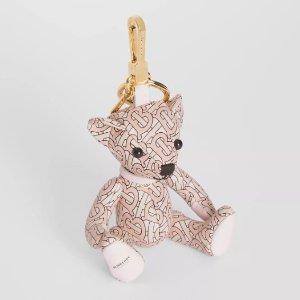 €220收封面小熊挂件Burberry 情人节专场热卖  收粉嫩少女色围巾、T恤、小熊挂件