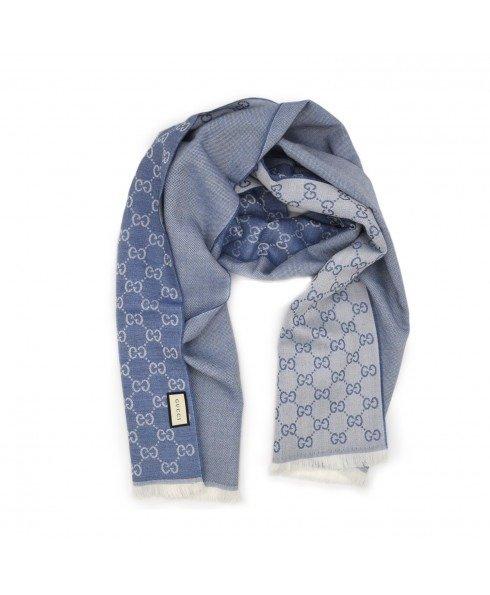 浅蓝色羊毛围巾