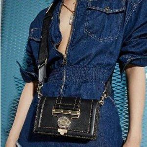 低至5折 袜鞋$128收Versace Jeans 封面链条包$480、修身V领短袖$124