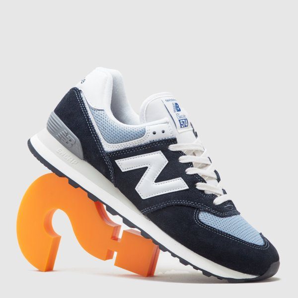 574蓝白色运动鞋