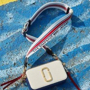 7.8折 收封面法国国旗配色款!Marc Jacobs 新款罕见折扣热卖 入百搭街拍神器相机包