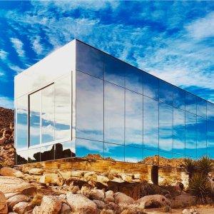 """$2500/晚豪!约书亚树""""隐形之屋"""" 景观级建筑 全镜面玻璃+室内超大泳池"""