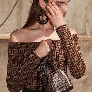 定价优势 再不抢就卖完啦Fendi 上新 老花重回时尚顶流 十年不过时的款 包包、围巾、首饰