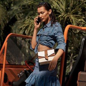 无门槛8折 封面Bella同款$340MICHAEL KORS 时尚闪促 老花相机包$223、芭蕾鞋$124