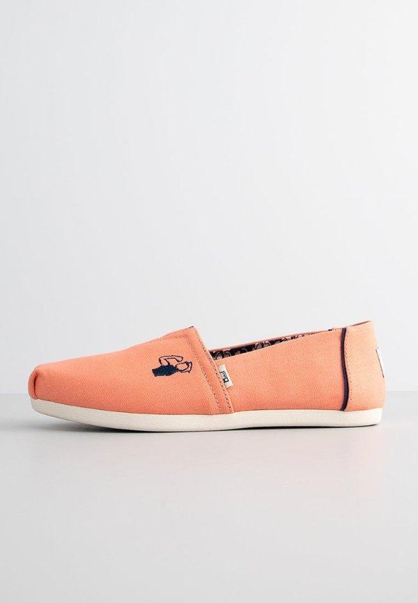 橙色帆布鞋