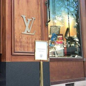 疫情期间仍开放 快去打卡Louis Vuitton 巴黎新开书店 售卖与生活、时尚艺术相关书籍