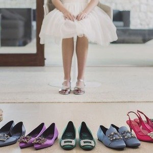 低至5折 £259起Roger Vivier女士美鞋热卖 入方扣鞋,缎面钻扣