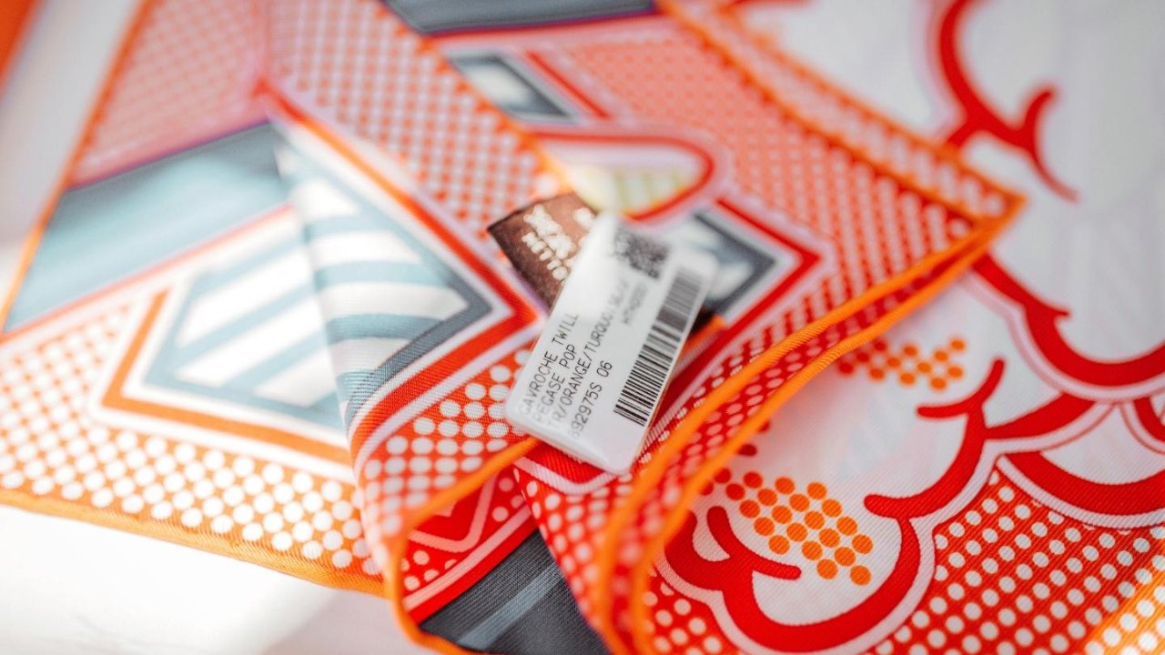 【Hermès】真丝小方巾开箱 + N种超实用丝巾系法 / 夏日法式穿搭