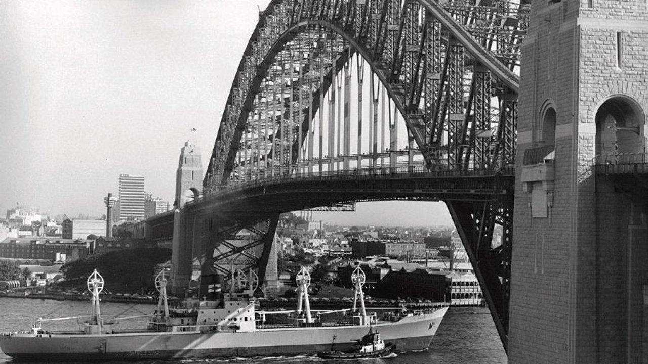 """女郎时髦小伙壮,车水马龙堵成渣!歌剧院还没""""破茧"""",1966年的悉尼竟然长这样!"""