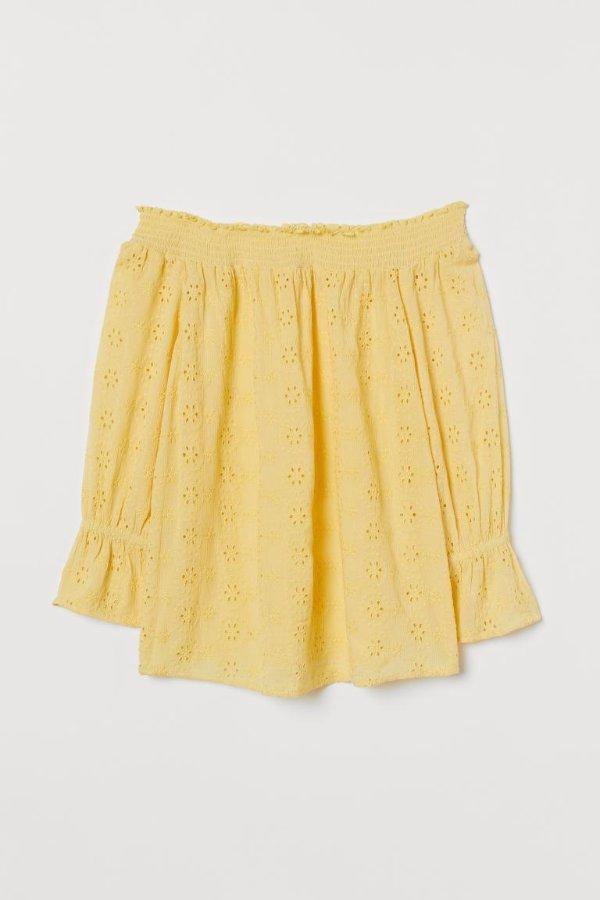 黄色镂空露肩上衣