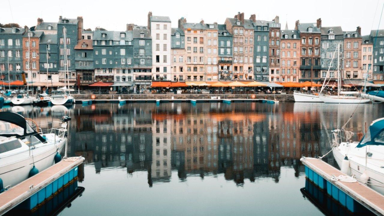 法国人夏天都去哪里度假?这10个人少风景美的小城镇你一定要知道!