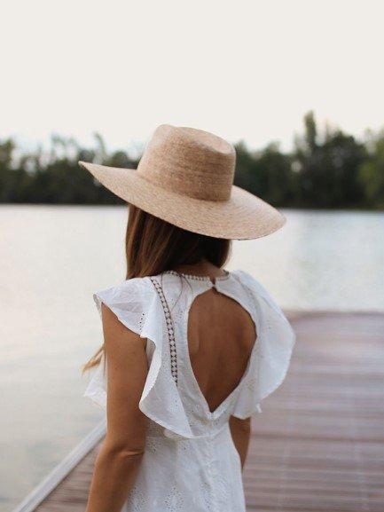 白色露背连衣裙