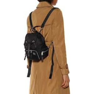 一只不会撞色的双肩包双肩包鼻祖Burberry 小号经典黑色双肩包 原价 990欧,折后693欧