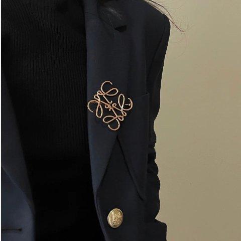 补货啦!让衣服看起来贵10倍到处断货的它们!Loewe logo胸针、小月饼耳钉、手链来这里收