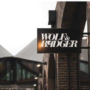 独家9折 独立设计师大毛衣£36 简约大衣£94独家:Wolf and Badger 精选好折 探索英国最佳买手店 做绝不撞衫时尚icon