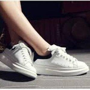 £360起收经典小白鞋上新:Alexander McQueen 小白鞋什么都好配 春夏新款彩虹小白鞋也参与
