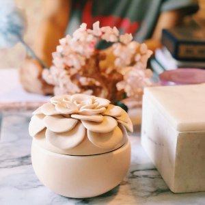 ILLUME新鲜海盐陶瓷罐花朵蜡烛 白色