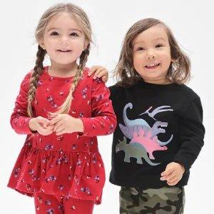 低至2.5折+额外6折折扣升级:Gap官网 儿童服装特卖,收秋冬季毛衣、外套