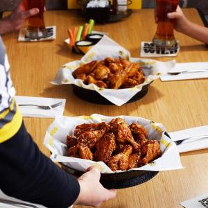 买1份送1份+可送餐到家Buffalo Wild Wings 经典鸡翅、无骨炸鸡块促销活动