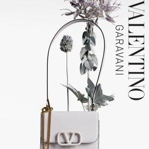 低至2.5折 链条包$1999Valentino 专场闪购热卖 Logo手机壳$169,玛丽珍平底鞋$399