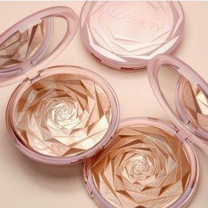 $69 几何玫瑰压纹 细腻珠光上新:Huda Beauty N.Y.M.P.H. 超大盘面部、身体多用高光盘