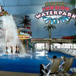 独家额外85折 $28.04(原价$53.1)Fallsview Indoor Waterpark 大型室内水上乐园 欣赏瀑布美景