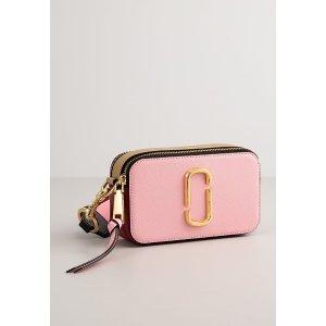 Marc Jacobs粉色相机包